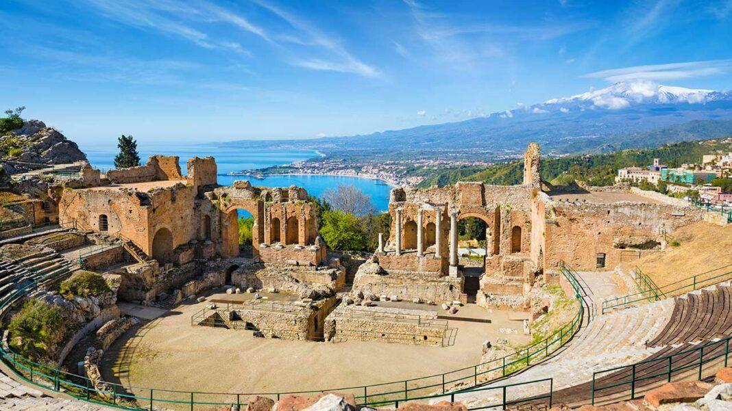Teatro Antico in taormina (c) IgorZh/ Shutterstock.com