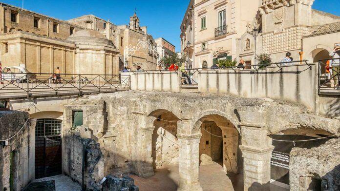 Piazza Vittorio Veneto, access to the Palombaro Lungo (c) Kirk Fisher/Shutterstock.com