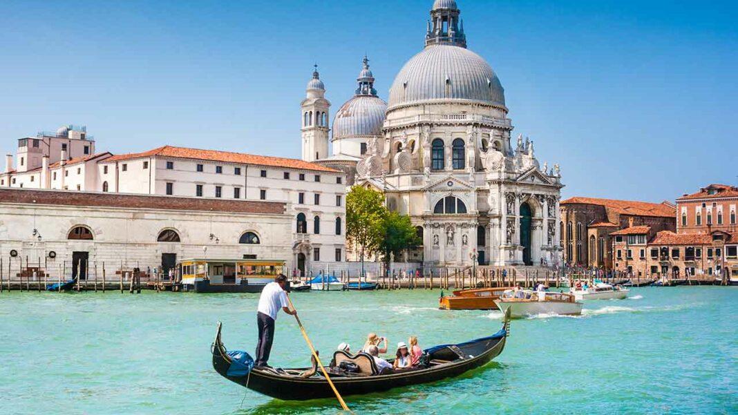 A traditional gondola close to the Basilica della Salute © Shutterstock.com